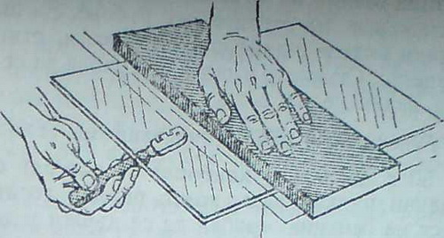 Чрез леко почукване на стъклорезачката стъклото се отделя