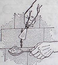 Всички пукнатини между кахлените плочки трябва да се запълнят