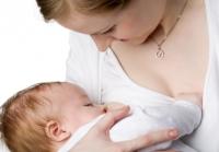 Как да започва кърменето на бебето